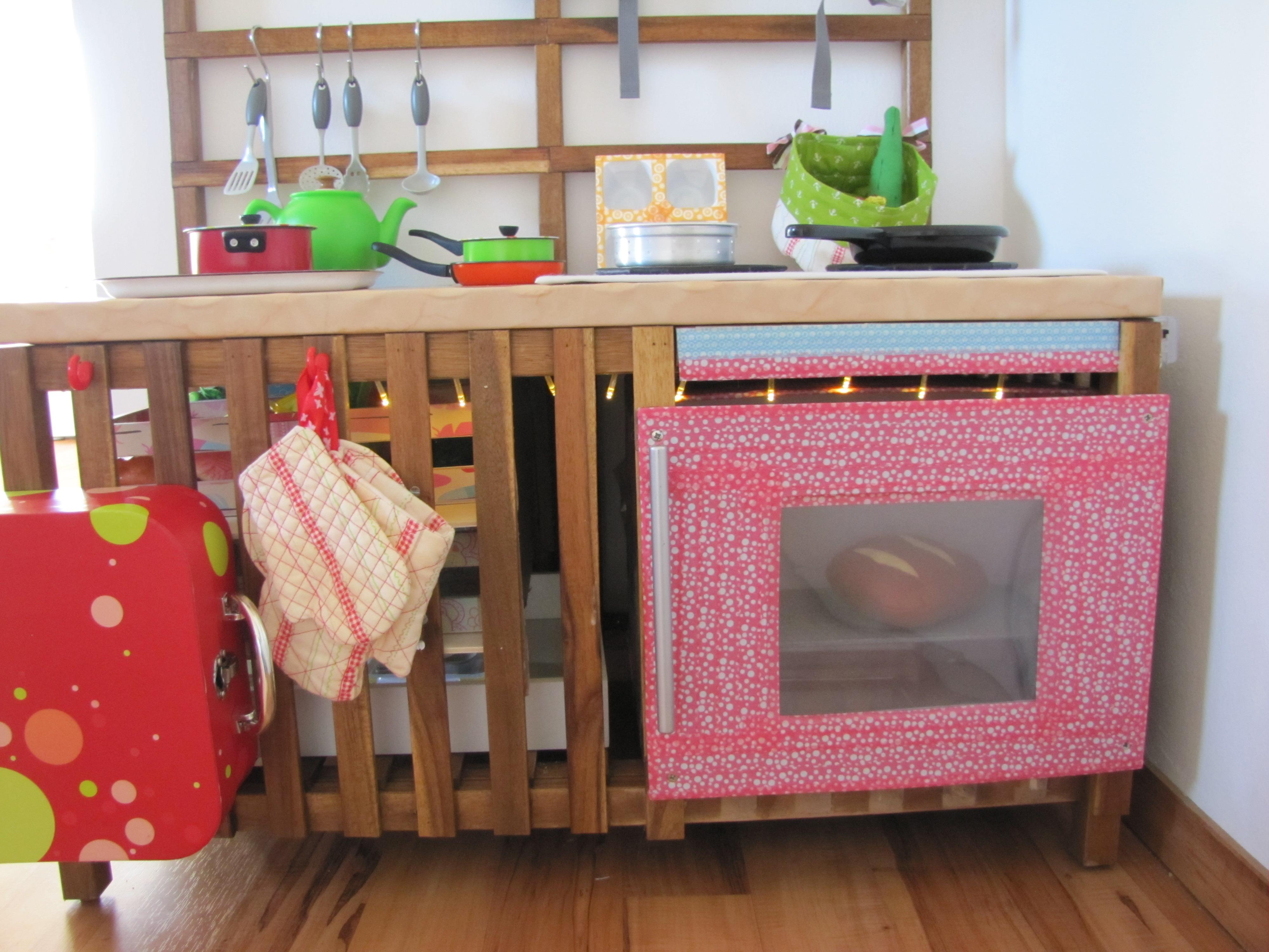 Die Küchenarbeitsplatte: Dazu Haben Wir Den Deckel Der Truhe Einfach Mit  Wachstuch Betackert.