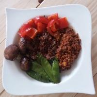 Roter Reis mit Ofengemüse und Rinderhack
