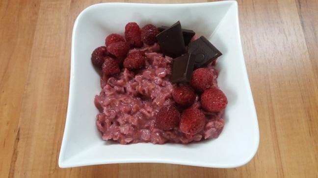 raspberry oats mit dunkler schokolade und gefrosteten himbeeren fannyhour. Black Bedroom Furniture Sets. Home Design Ideas
