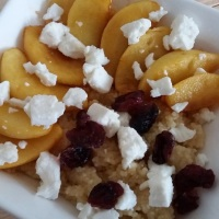 Couscous mit karamellisierten Äpfeln, Feta und Cranberrys