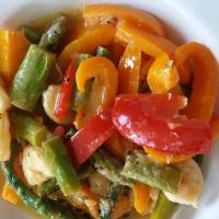 Garnelen mit grünem Spargel und knackiger Paprika in Ananas-Tahin-Soße
