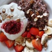 Strawberry-Quinoa mit Joghurt und Chia-Marmelade