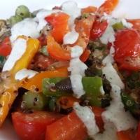 Gemüse-Quinoa mit Zitronen-Tahin-Joghurt Dip und leichter Bärlauchnote