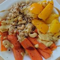 Mango-Tahin-Soße auf Ofengemüse und Reis