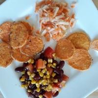 Süßkartoffelchips mit Bohnen-Mais Salat
