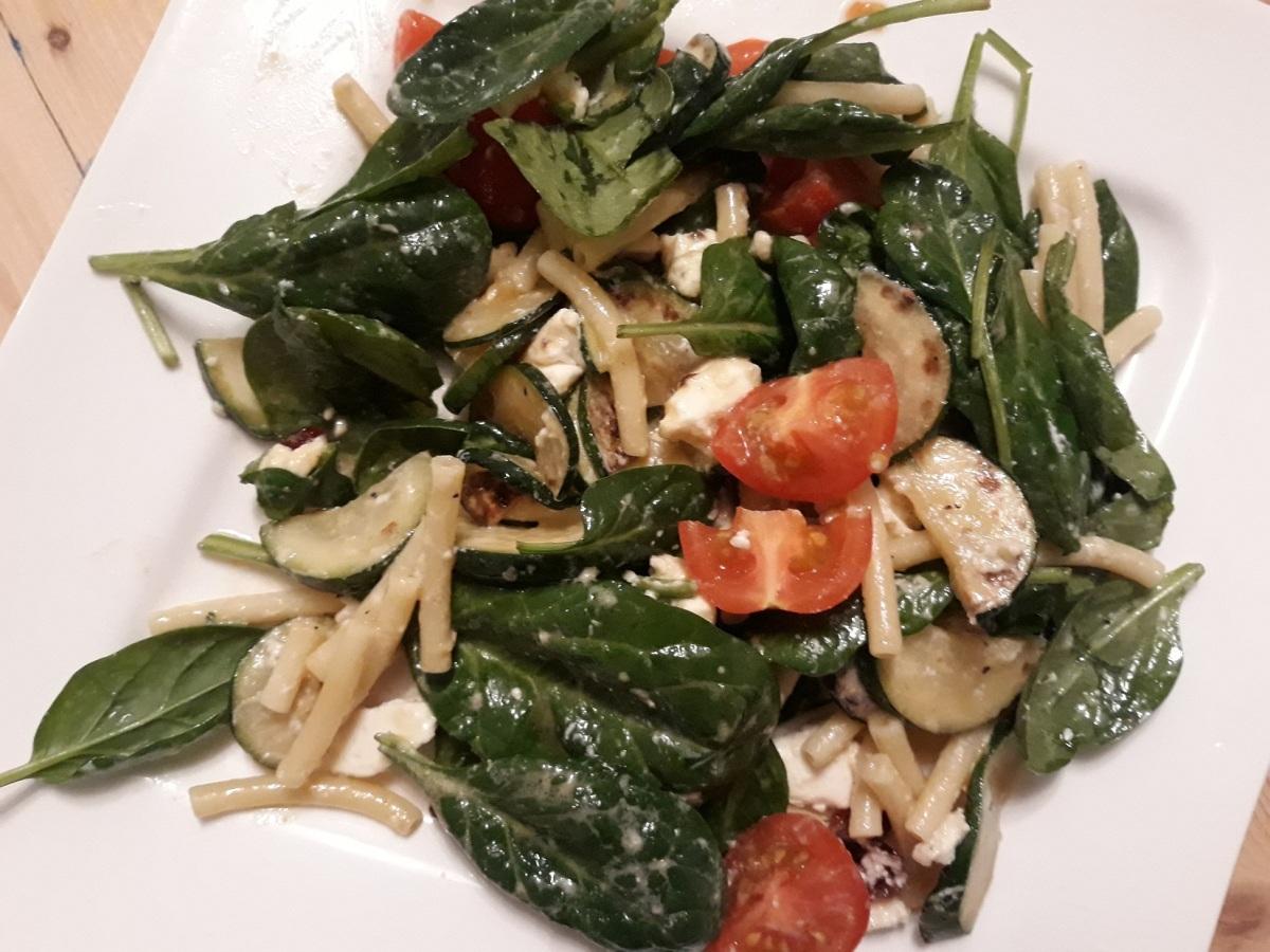 Nudel-Blattspinat-Salat